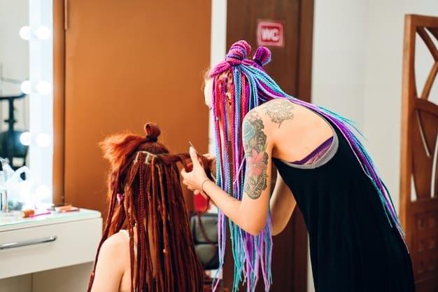 Cabeleireiro colocando Box braids