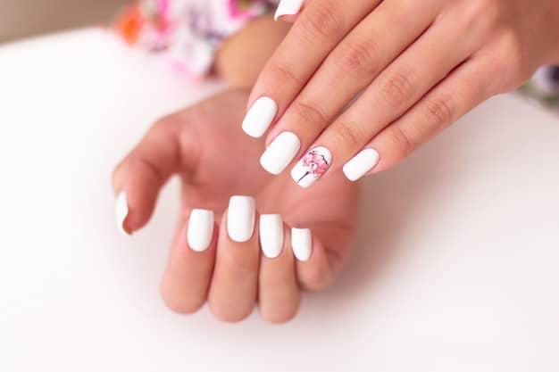 unhas decoradas brancas