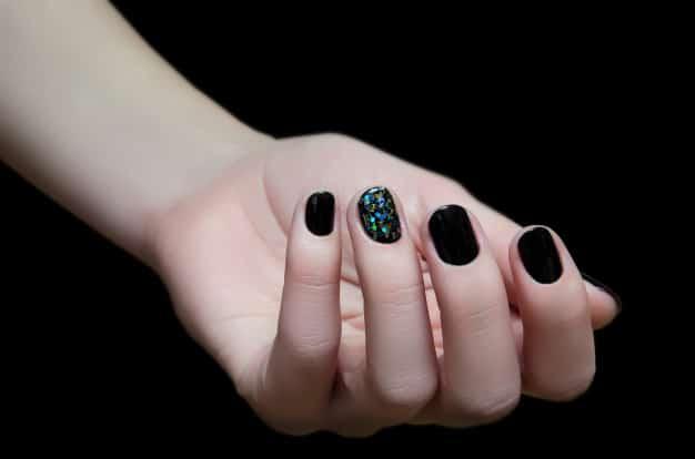 Unha decorada com preto e uma com glitter