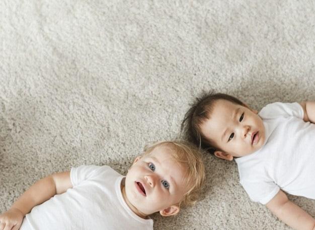 bebês fofos deitados