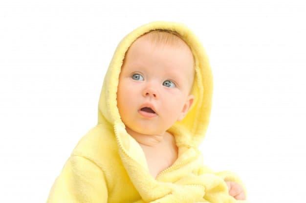 bebê de olhos azuis