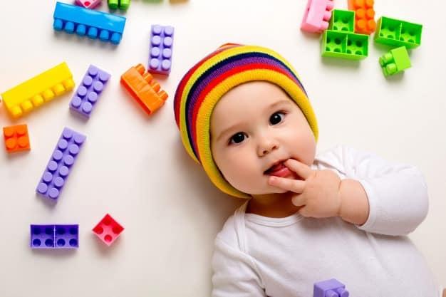 bebê com dedos na boca