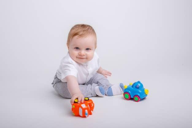 bebê com carrinhos