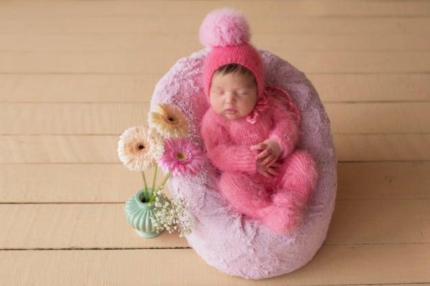 bebê dormindo de touca