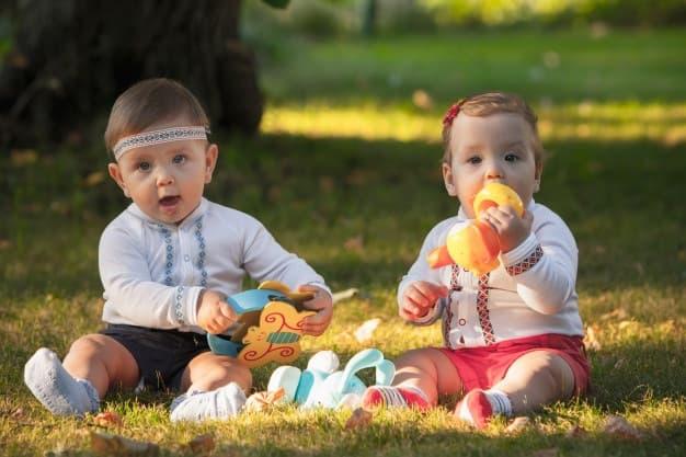 bebês brincando sentados