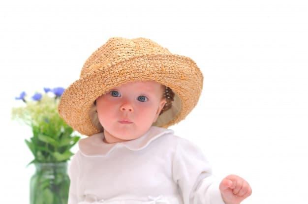 bebê com chapéu