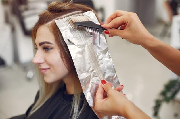 mulher pintando o cabelo
