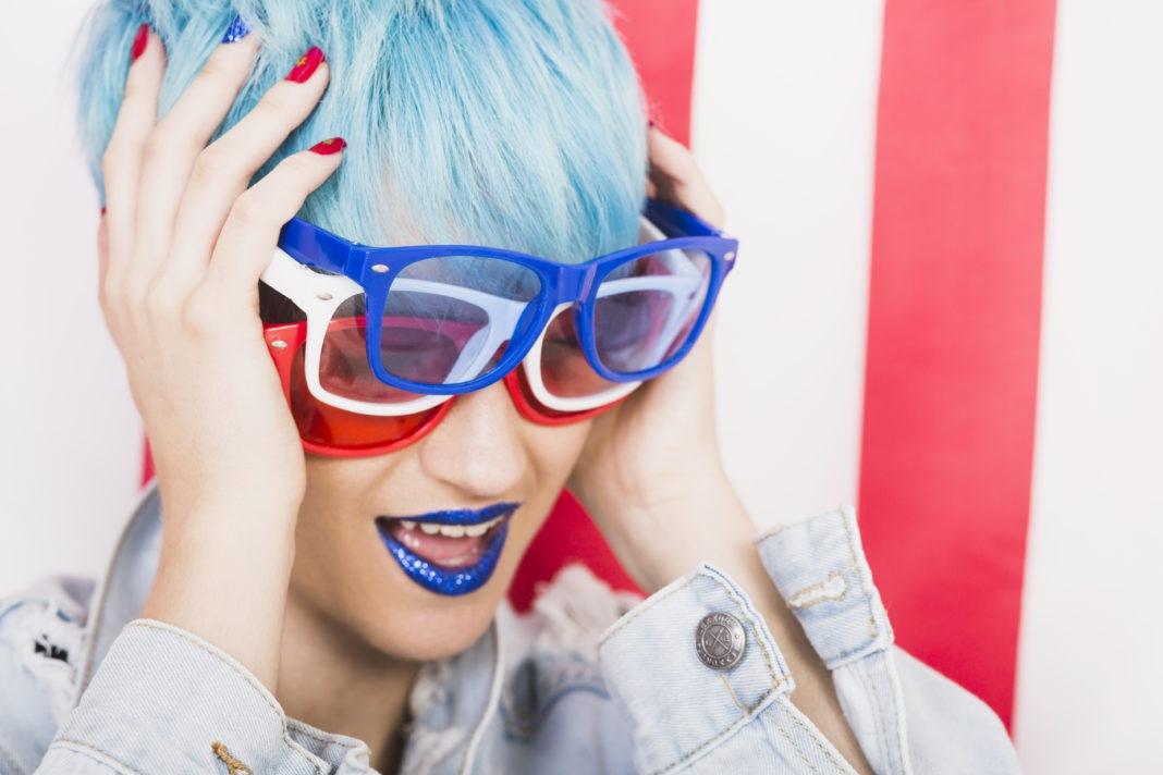 mulher de cabelo azul