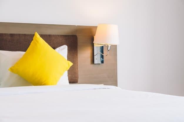 cama com almofada amarela