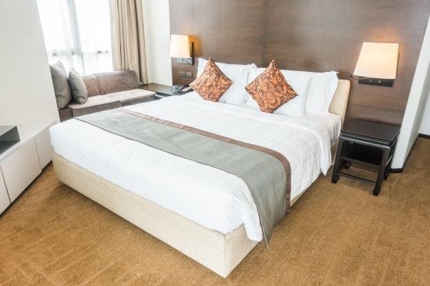 cama posta de casal com almofadas