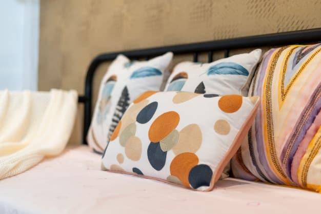 almofadas estampadas em cama posta