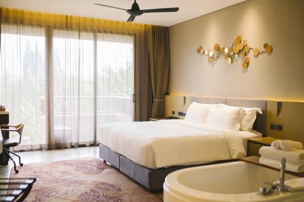 quarto em tons neutros com cama posta