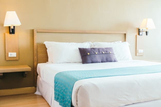 cama posta com almofada colorida