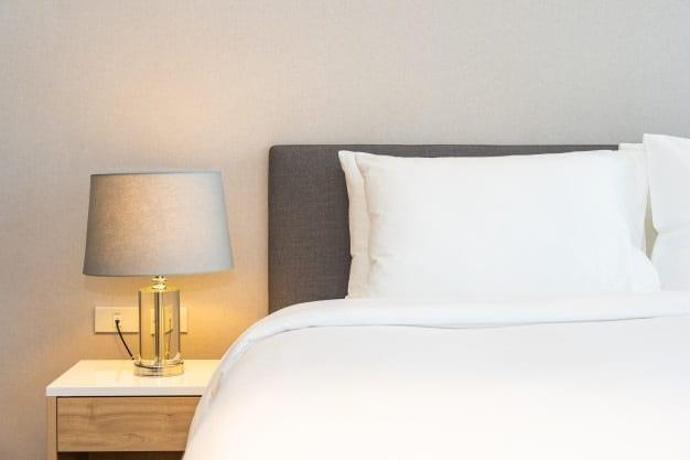 cama posta com cabeceira escura