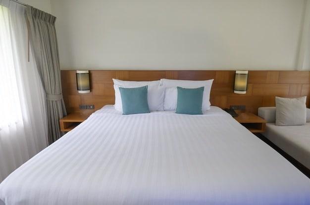 cama posta  grande com almofadas pequenas