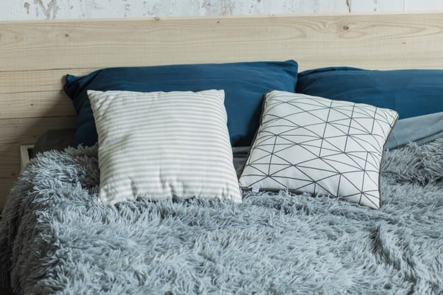 almofadas sobre cama posta