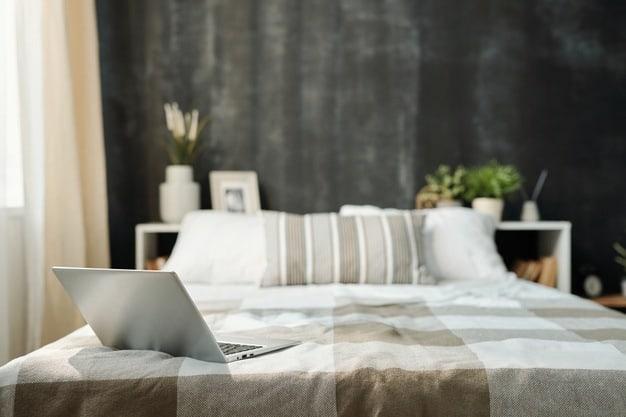 cama posta de casal com notebook