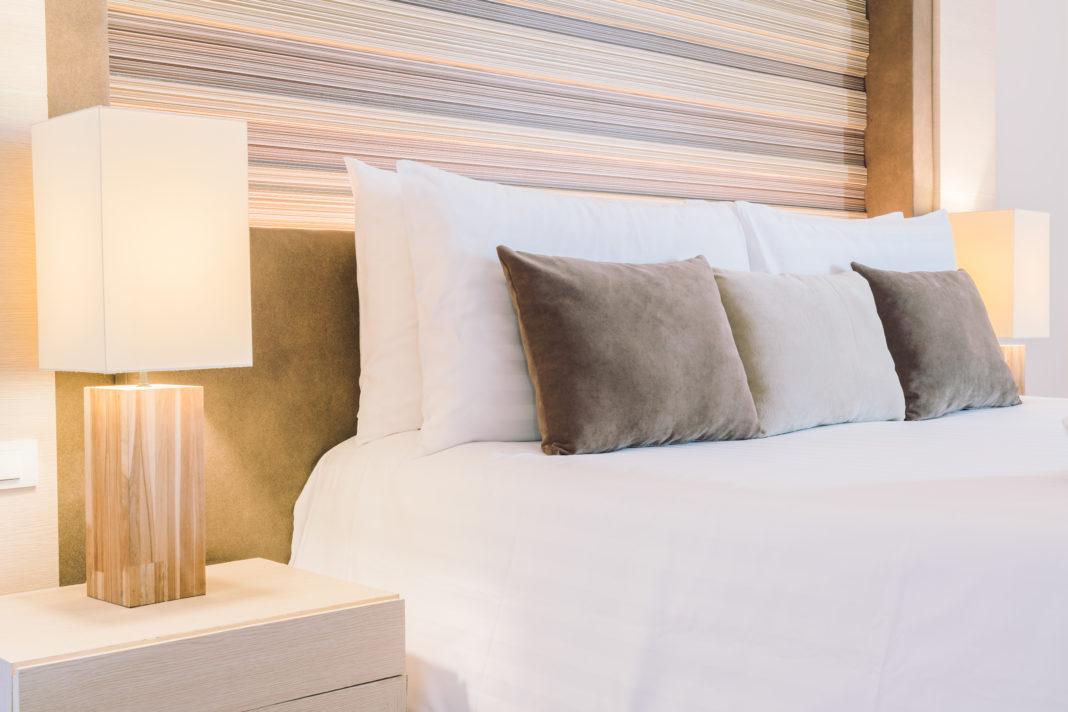 cama com almofadas