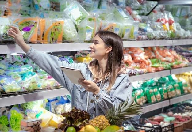 mulher com lista de compras