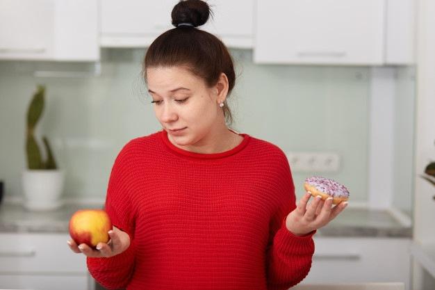 mulher com alimentos nas mãos