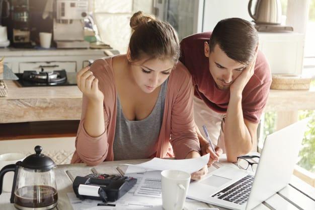 casal planejando orçamento