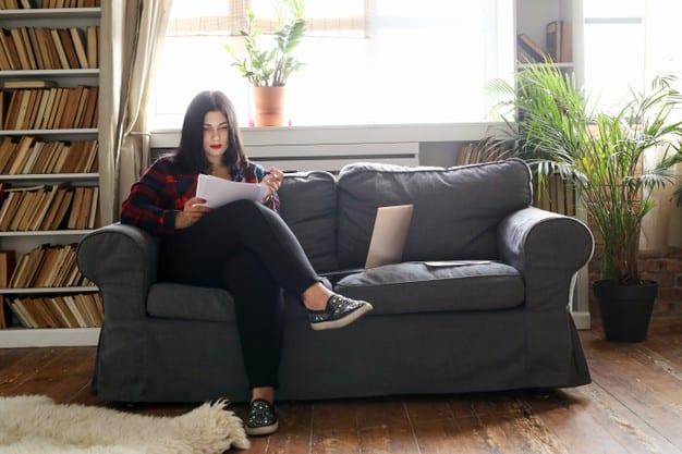 mulher sentada usando calçados