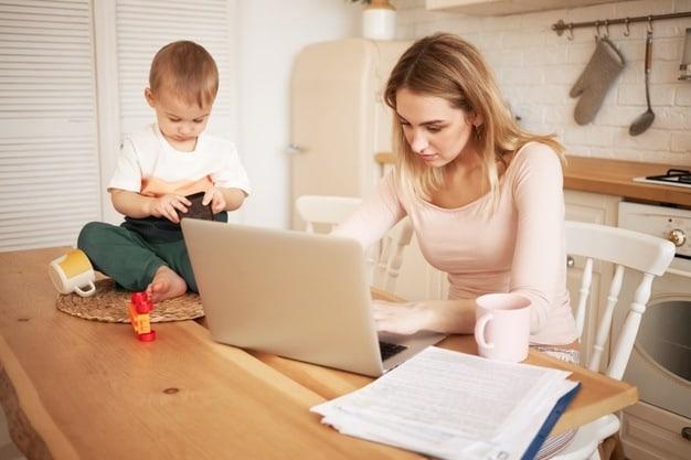 mulher pesquisando como tirar CPF e Rg do bebê