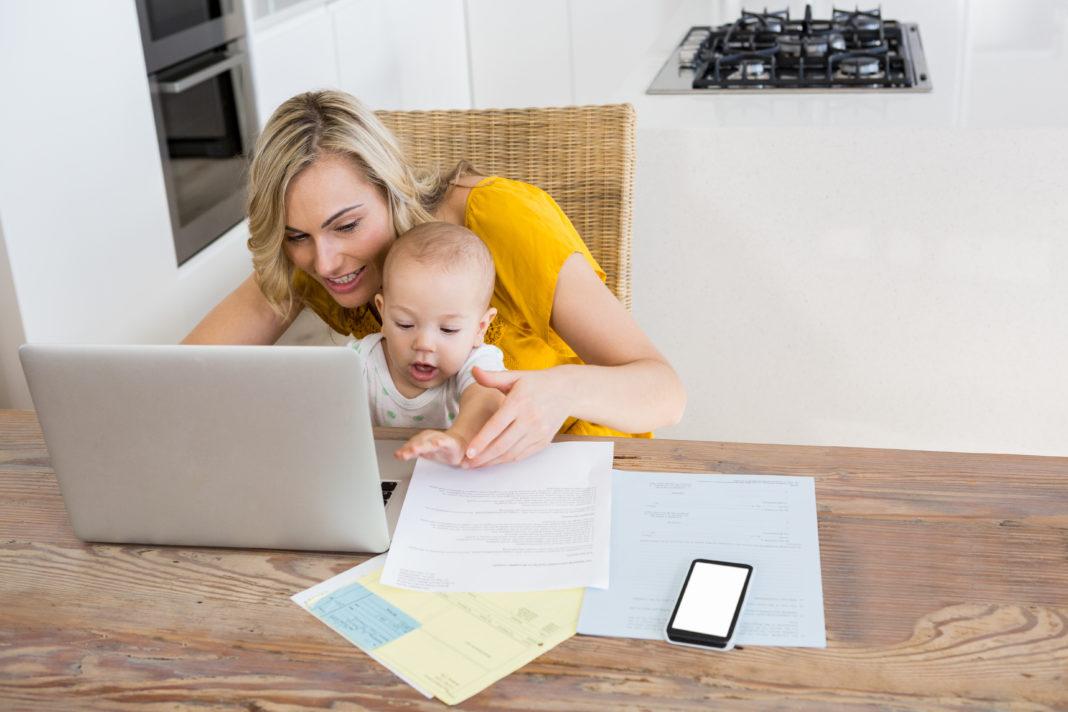 mãe e bebê no notebook