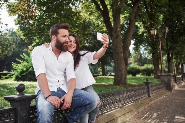 casal sorrindo em parque