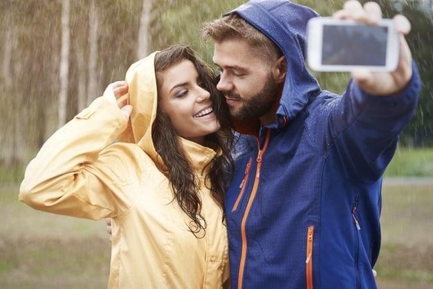 casal na chuva