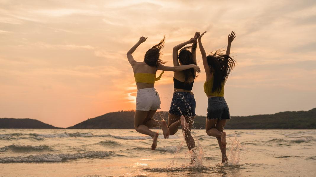três mulheres na praia