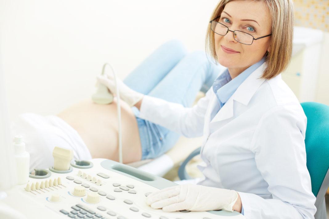 médica realizando ultrassom morfológico
