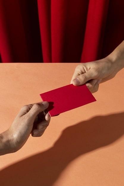 mão entregando envelope