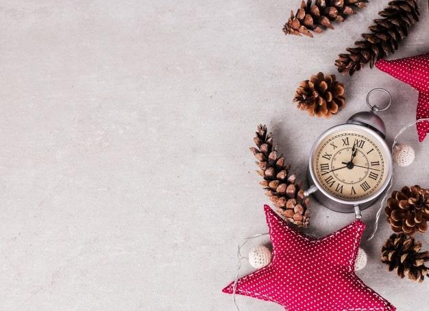 relógio e pinhas