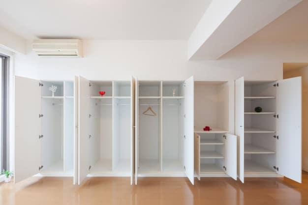 closet aberto para limpeza roupas perfumadas no armário