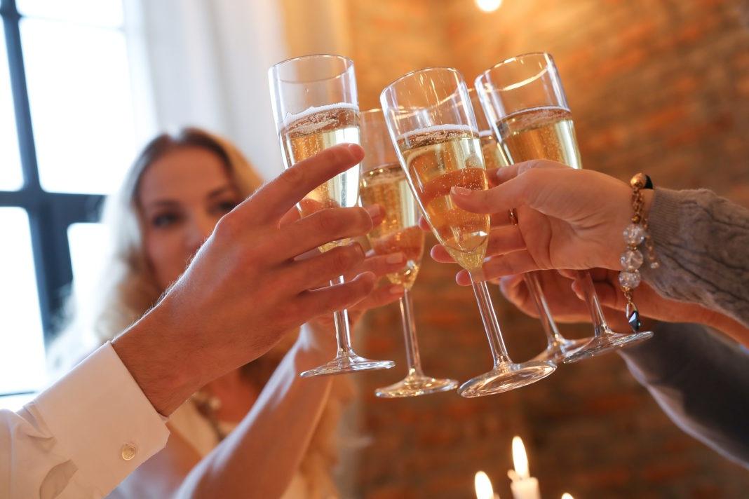 dicas para tomar espumante no ano novo taças de champanhe