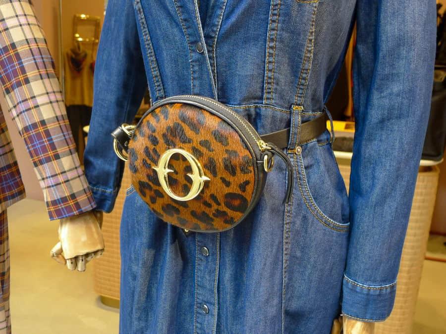 bolsa estampa de onça com jeans