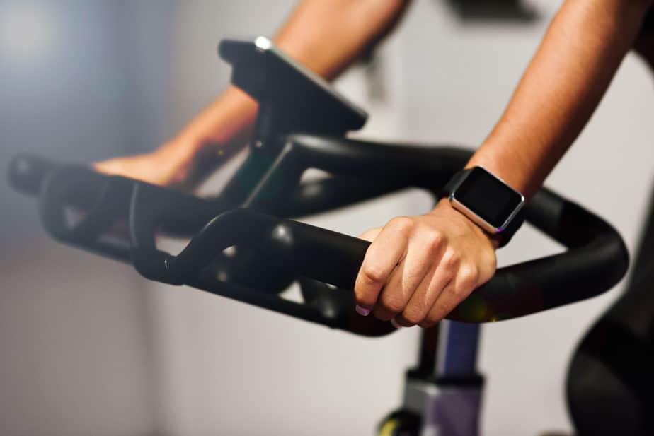 spinning mulher fazendo atividade física com relógio medidor de frequencia