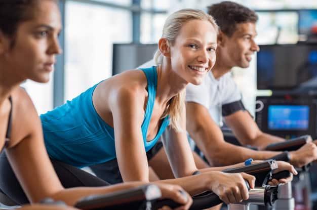 aula de spinning benefícios para pernas e barriga