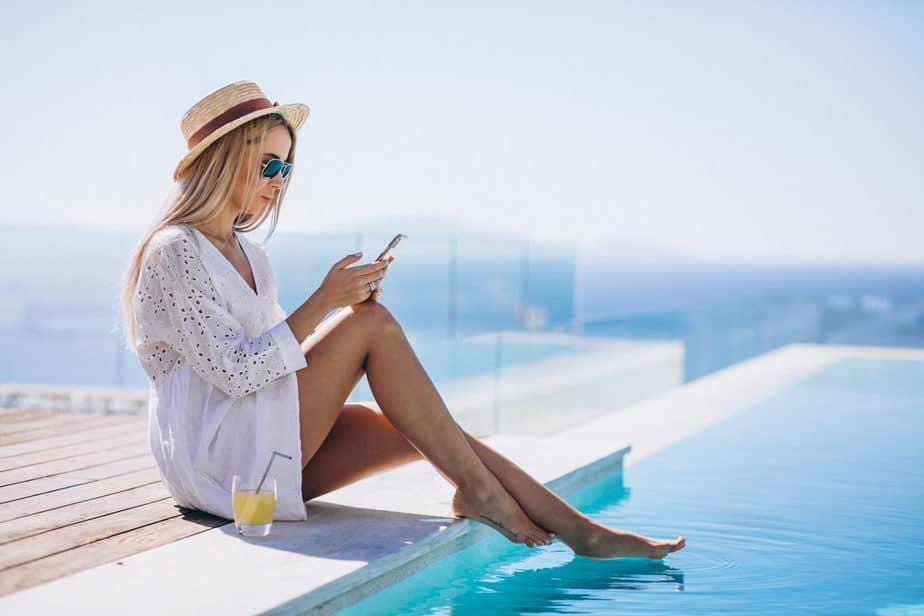 mulher com celular na piscina dicas para facilitar sua vida