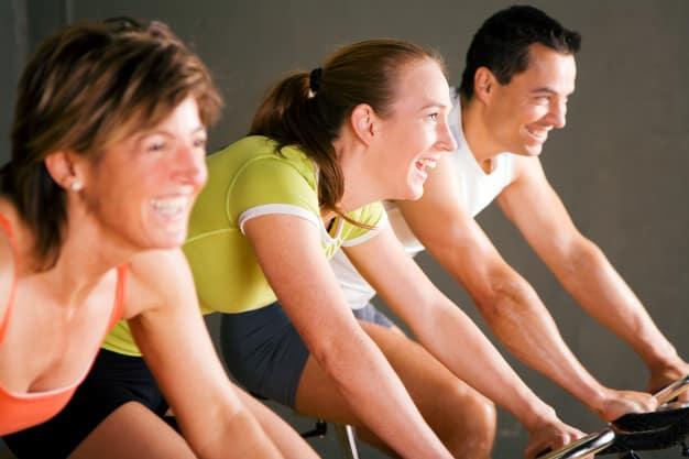 spinning estilo de vida feliz aula dinâmica benefícios para a saúde, corpo e mente