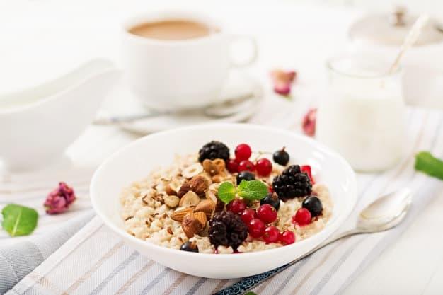 café da manhã saudável refluxo gastroesofágico aveia frutas