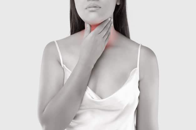 mulher com refluxo gastroesofágico