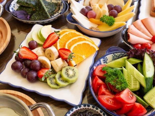 prato de frutas e vegetais refluxo gastroesofágico