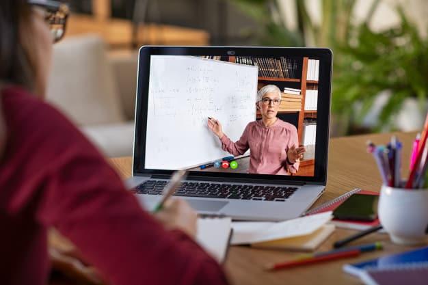 Mulher ensinando pela internet motivos que levam mulheres a empreenderem