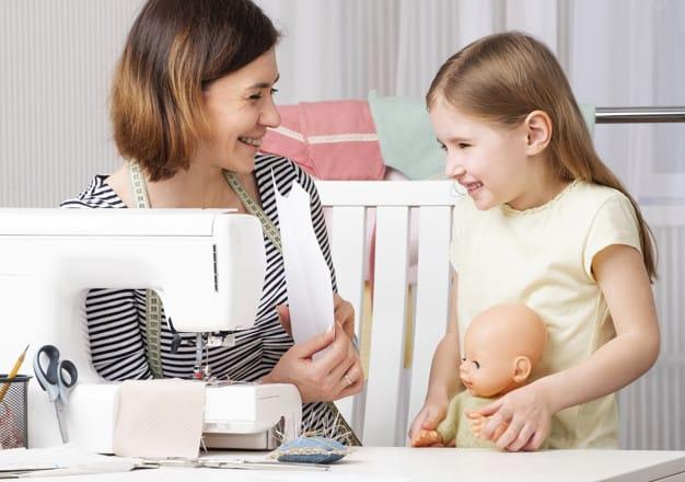 Mulher ensinando a filha a costurartrabalho com propósito motivos que levam as mulheres a empreenderem