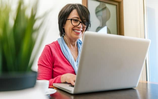 Mulher com lenço estilosa em reunião online