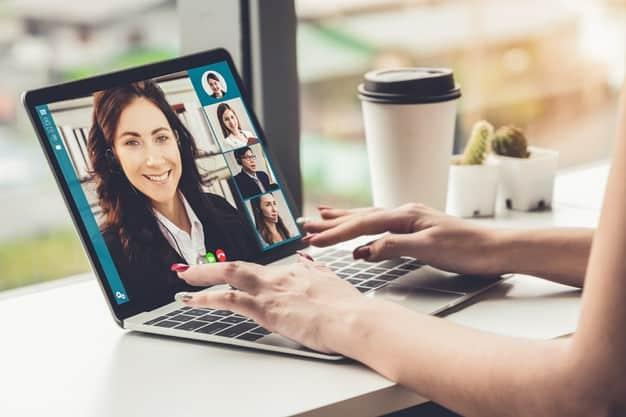 Reunião online em empresa corporativa