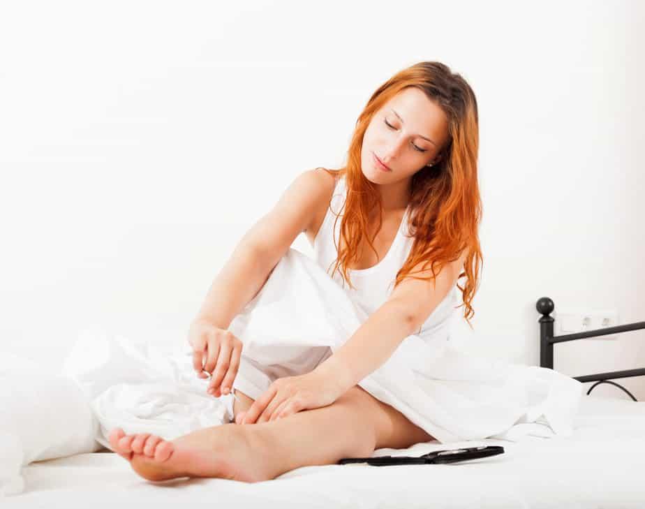 cuidados com os pés mulher cortando a unha