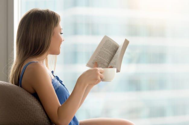 mulher lendo um livro concentrada
